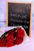 Magnifique bouquet de roses rouges avec tablette sur leur vente — Photo