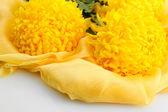 白で隔離され、布の上の明るい黄色の菊の花の花束 — ストック写真