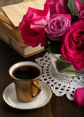 Beautiful pink roses in vase on wooden table close-up — Stock Photo