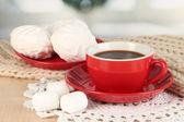 Tazza di caffè con sciarpa sul tavolo in sala — Foto Stock