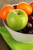 与水果、 木桌子上碗 — 图库照片