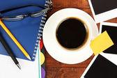 Kahve worktable üzerinde fotoğraf çerçeveleri yakın çekim ile kaplı — Stok fotoğraf