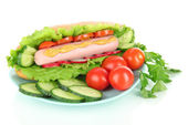 Leckere Hot Dog mit Gemüse isoliert auf weiss — Stockfoto