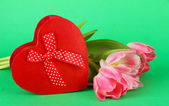 Pink tulips and gift box, on color background — Stock Photo