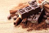 巧克力糖、 可可和木制背景上的香料的组成 — 图库照片