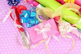 卷圣诞包装纸丝带,颜色背景上的蝴蝶结 — 图库照片
