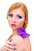 красивая молодая женщина с гламур макияж и цветок, изолированные на белом — Стоковое фото