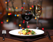 Tasty salad on dark background with bokeh defocused lights — 图库照片