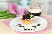 Słodkie ciasto z blackberry i czekolada sosem na talerzu, z kawy, na jasnym tle — Zdjęcie stockowe