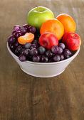 Ahşap masa üzerinde meyve bowl — Stok fotoğraf