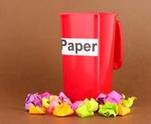 Recycling bin with papers on brown background — ストック写真