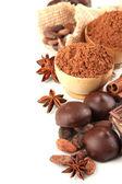çikolatalı tatlılar, kakao ve baharat üzerine beyaz izole, kompozisyon — Stok fotoğraf