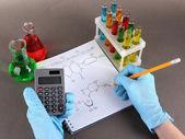 рука ученый написание формул — Стоковое фото