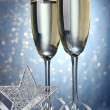 Two glasses of champagne on bright background with lights - Foto de Stock