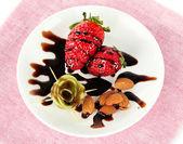 Owoce w czekoladzie na serwetce — Zdjęcie stockowe