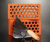 Metalen gereedschap voor bouw- en bakstenen geïsoleerd op zwart — Stockfoto