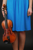 Young girl with violin on grey background — Stockfoto