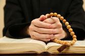 Kněz čtení z bible, zblízka — Stock fotografie