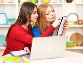 Zwei freundinnen sprechen und lernen in der küche — Stockfoto