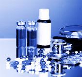 лекарства и стетоскоп в голубой свет — Стоковое фото