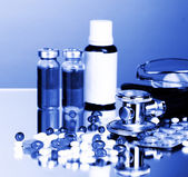 Farmaci e stetoscopio in luce blu — Foto Stock