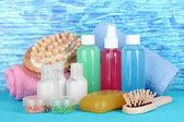 Kit de cosméticos hotel sobre fondo de color brillante — Foto de Stock
