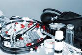 医薬品、灰色の光の中で聴診器 — ストック写真