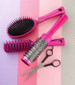 Comb brushes and cutting shears, on bright background — Stock Photo