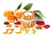 乾燥したオレンジの皮と燃えるろうそくを白で隔離されから装飾的なバラ — ストック写真