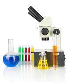 Probówki z kolorowych płynów i mikroskopu na białym tle — Zdjęcie stockowe