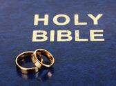Wedding rings on bible — Fotografia Stock