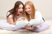Deux amies étudier sur chambre — Photo