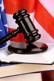 Richterhammer und bücher über amerikanische flagge hintergrund — Stockfoto