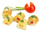 Uovo rotoli con crema di formaggio e paprika, su piastra, isolato su bianco — Foto Stock