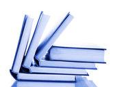 Στοίβα ανοιχτά βιβλία που απομονώνονται σε λευκό — Φωτογραφία Αρχείου