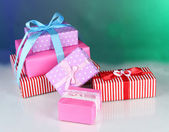 Renkli arka plan üzerinde çeşitli hediye kutuları — Stok fotoğraf