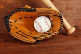 Baseball handske, bat och bollen på trä bakgrund — Stockfoto
