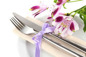 Festivo comedor de mesa con flores aisladas sobre fondo blanco — Foto de Stock