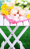 Marshmallow on napkin on wooden picnic table on natural background — Stock Photo