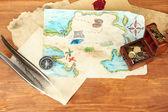 карта сокровищ на деревянных фоне — Стоковое фото