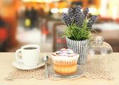 Cupcake sul piattino con coperchio in vetro, su sfondo luminoso — Foto Stock