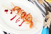 Gegrilde garnalen met saus op plaat op houten tafel close-up — Stok fotoğraf