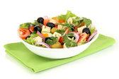 Griekse salade in plaat geïsoleerd op wit — Stockfoto