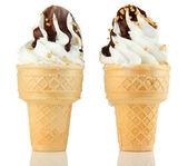 Saboroso sorvete com chocolate, isolado no branco — Foto Stock