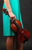 Young girl with violin on grey background — Stok fotoğraf