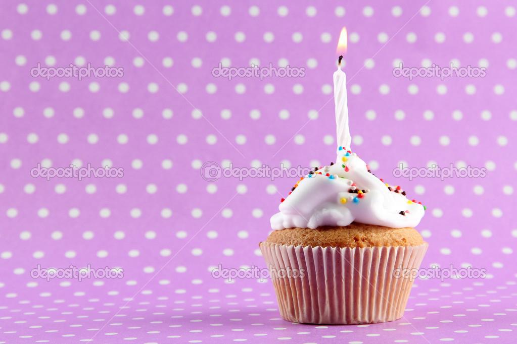 lecker geburtstag cupcake mit kerze auf lila hintergrund. Black Bedroom Furniture Sets. Home Design Ideas