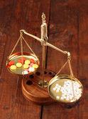 классические весы с цвет таблетки на деревянный фон — Стоковое фото