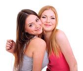 两个女孩朋友拥抱孤立上白 — 图库照片