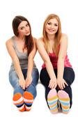 两个女孩朋友微笑孤立上白 — 图库照片
