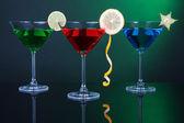 濃い緑色の背景でマティーニ グラスでアルコール カクテル — ストック写真